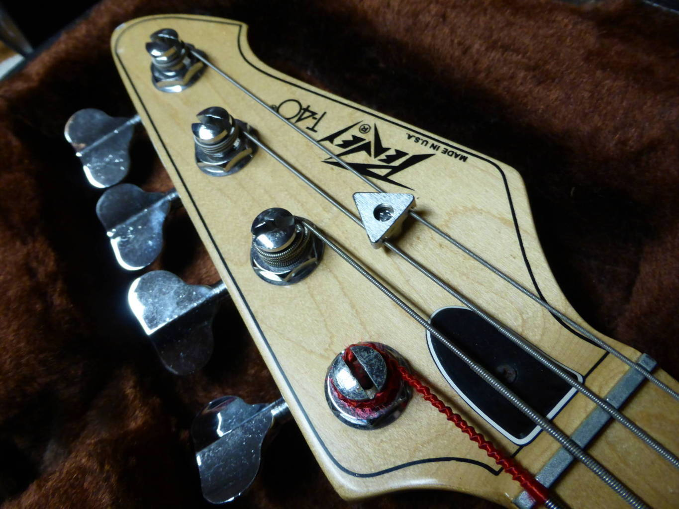 Bass guitar, vintage. Peavey T - 40, with original case