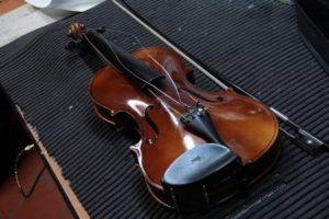 violino ed arco dal valore falso attribuito