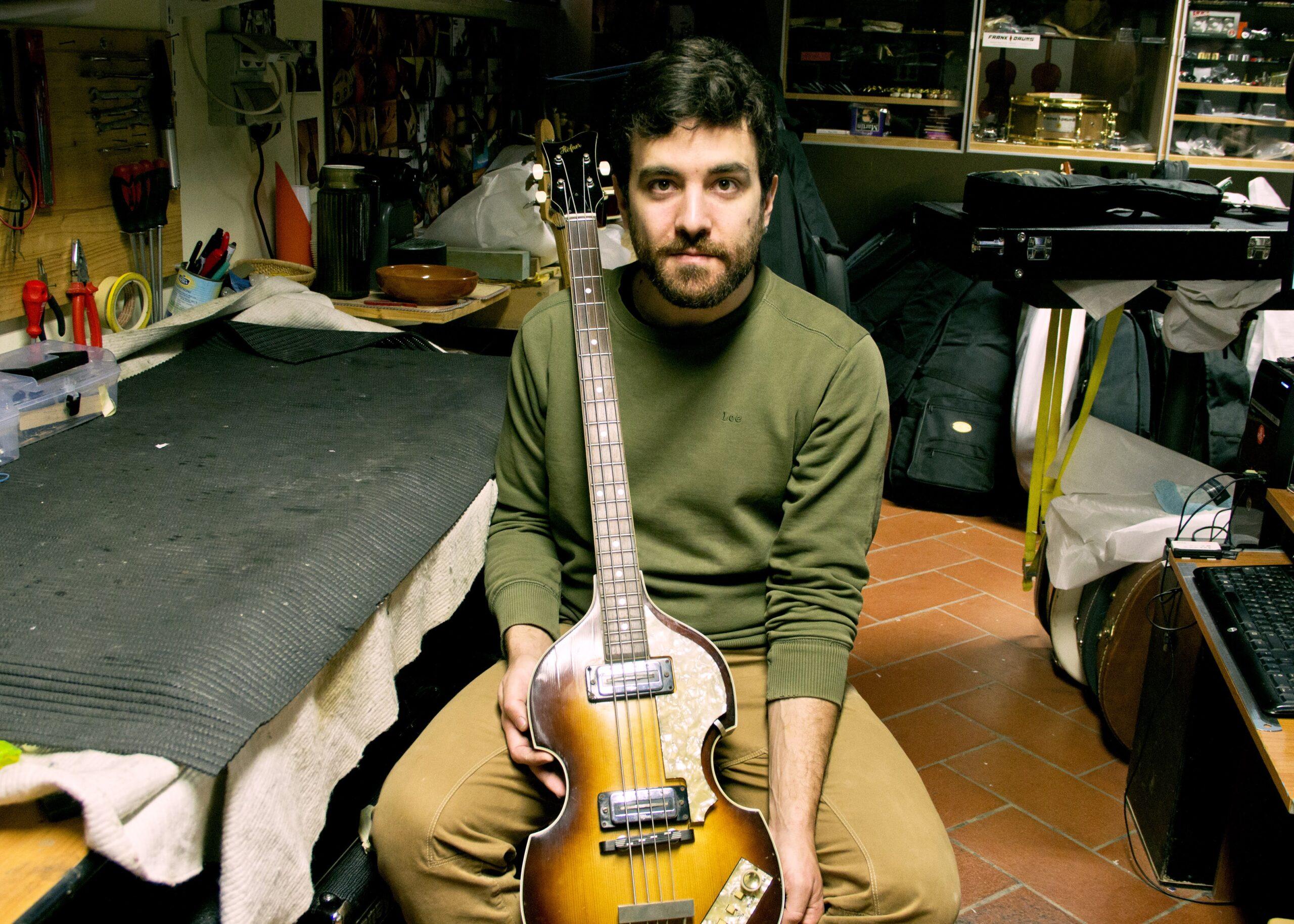 Federico Cesarini luthier with Hofner '68